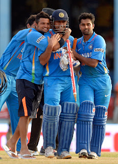 MS-Dhoni-Suresh-Raina-Vinay-Kumar-Final-India-vs-Srilanka-Tri-Series-2013