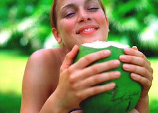 Manfaat Air Kelapa Muda Bagi kesehatan & kecantikan