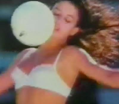 Propaganda da DeMillus com mulheres jogando futebol usando calcinhas e sutias