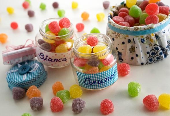 Frascos de vidrio con dulces en el interior