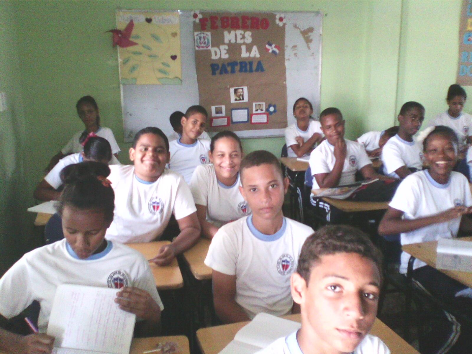 ESTUDIANTES DE 8VO A SONRIENTES Y FELICES