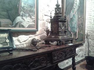 Retrato de Manuel de Falla, reloj damasquiano y armas de la época.