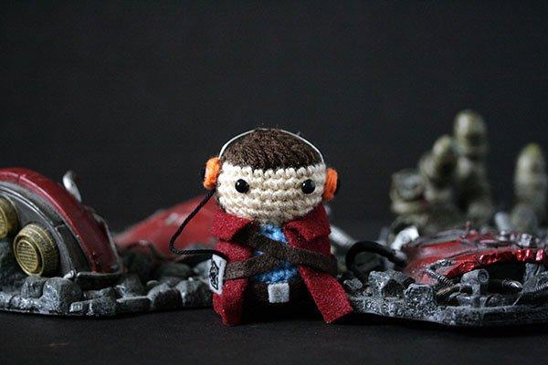 Artista oculta mini personajes de crochet para que la gente lo encuentre en la Comic-Con