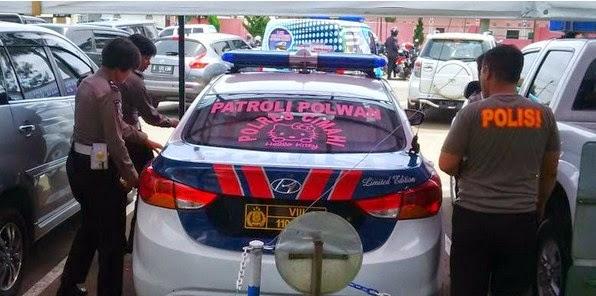 Briptu Dina Mengemudikan Mobil Polisi Hello Kity