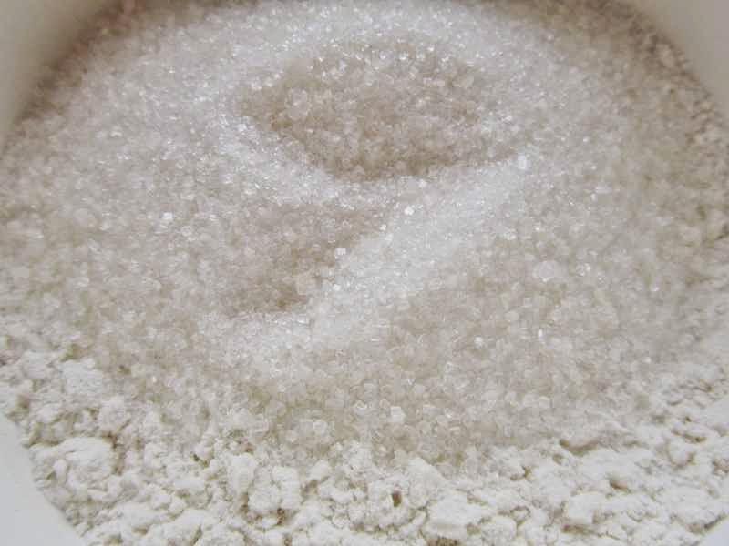 Муку смешать с разрыхлителем, сахаром и солью