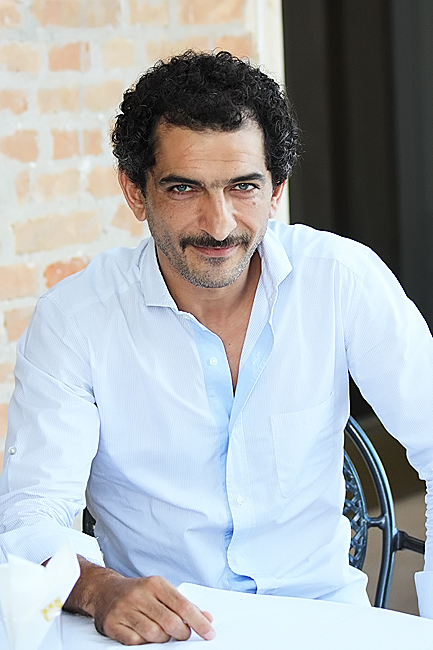 amr waked eye color