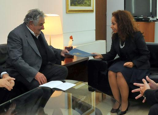 El Presidente José Mujica recibe las cartas credenciales de la Embajadora de Estados Unidos, Julissa Reynoso [US Embassy Photo: Pablo Castro]