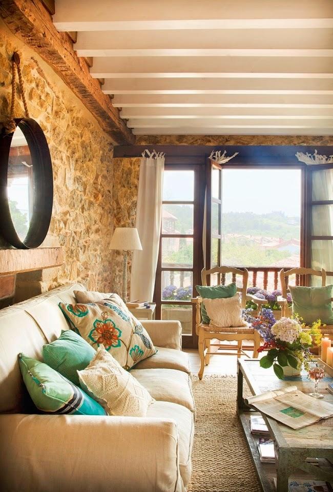 wnętrza, styl rustykalny, styl wiejski, kamienna ściana, stare meble, antyki, drewniane belki, białe wnętrza, salon, lustro