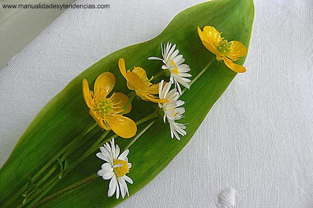 servilletero hecho con flores silvestres