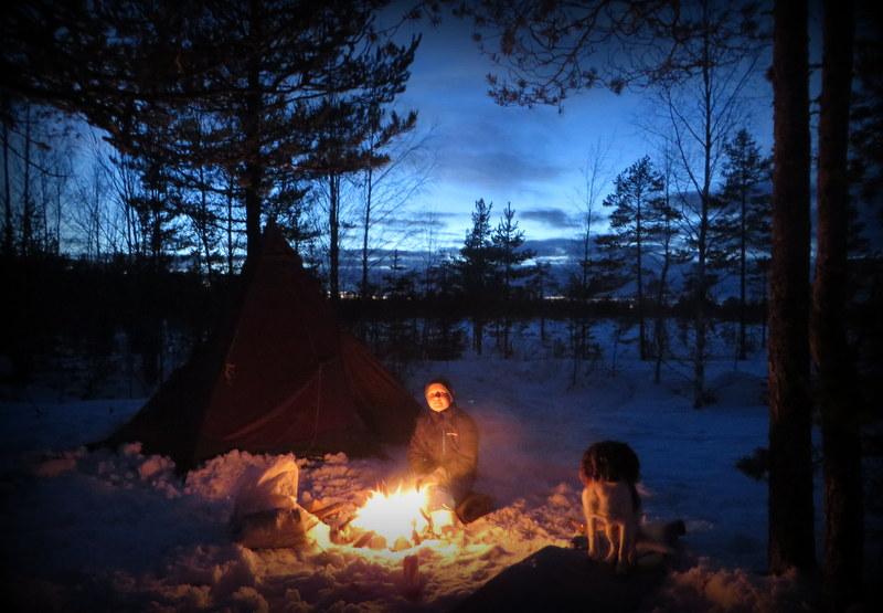 Sova ute med barn på vintern