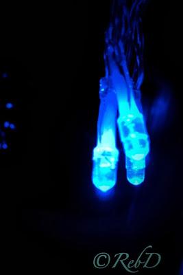 tre lampor i blå julgransbelysning. foto: Reb Dutius