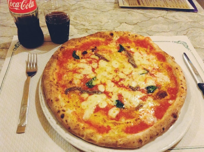 how to eat pizza in naples
