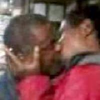 Mendigos se beijam por 10 reais