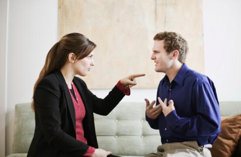 لماذا لا يتحمل الرجل خطئه ويتقبل اللوم  - امرأة تلوم تهاجم تجادل رجل - woman blame man