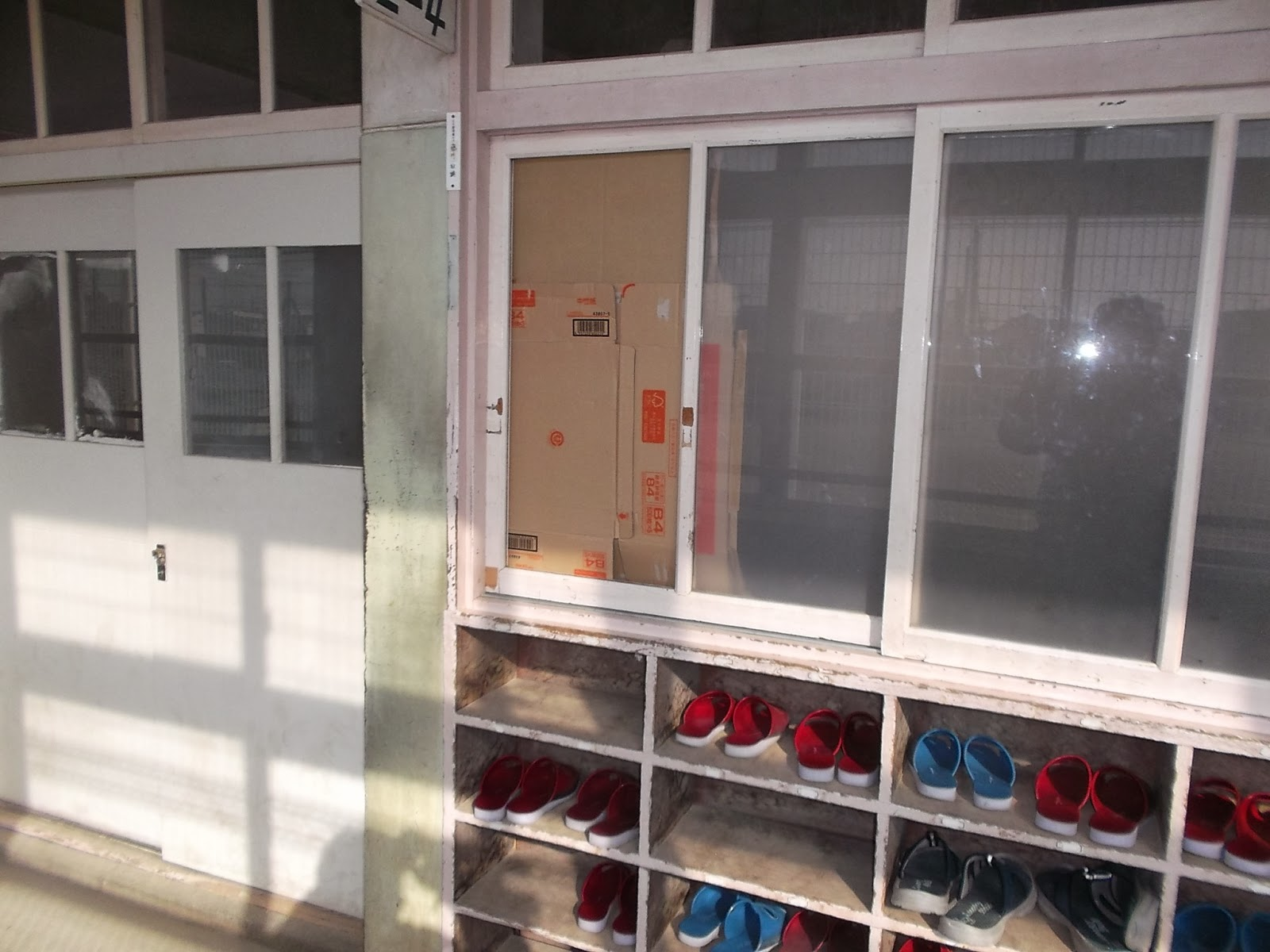 教室窓ガラス修理交換