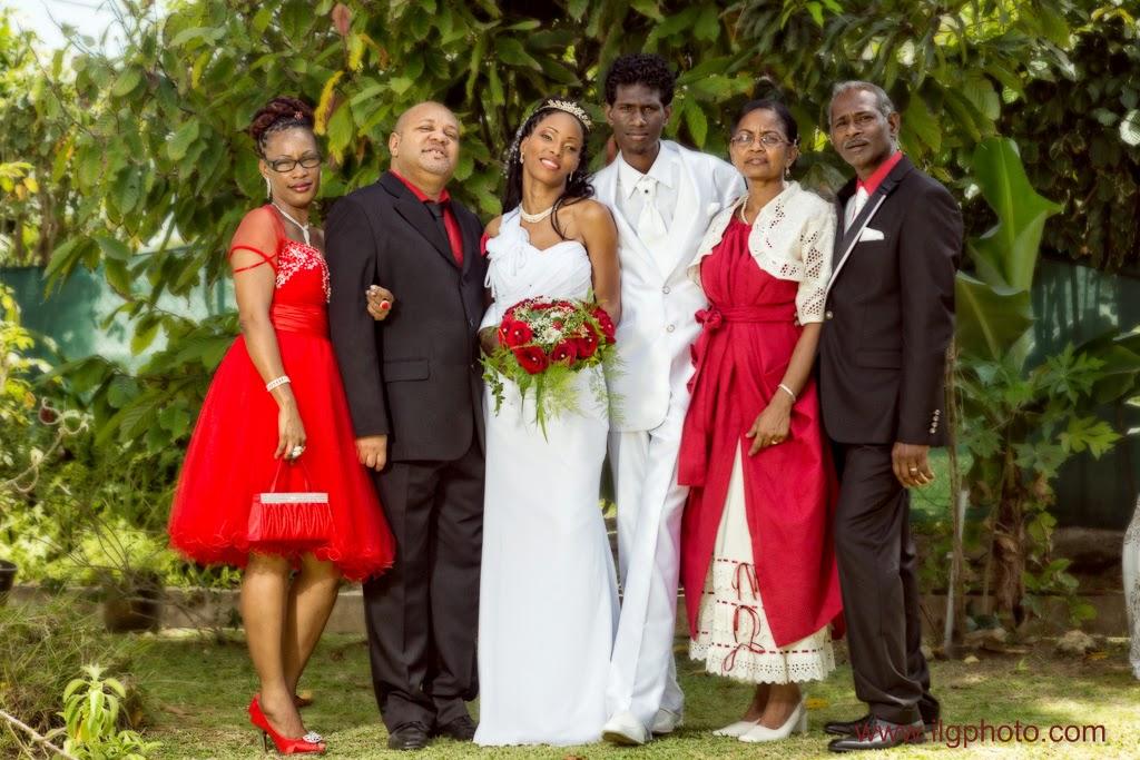 portrait des mariés et de la famille sur fond de verdure