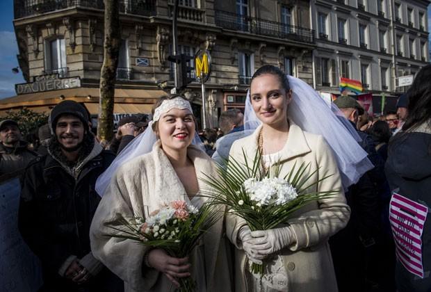Mulheres posam como noivas em protesto à favor da legalização do casamento entre pessoas do mesmo sexo na França (Foto: Benjamin Girette/AP)