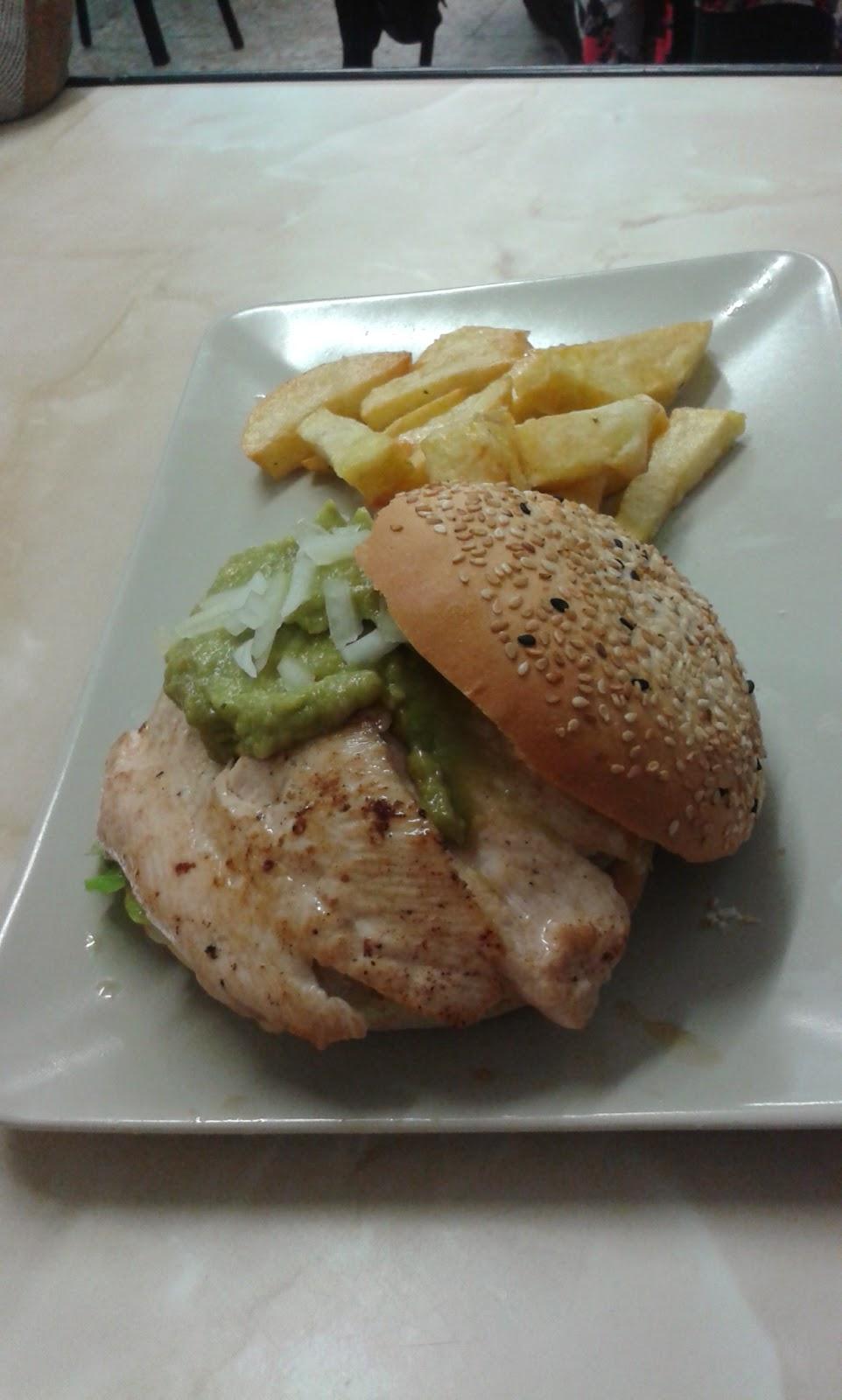 Hamburguesa de pollo con guacamole-Café bar Mega