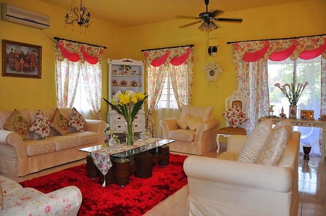 Cantik suasana ruang tamu ini...warna dinding dan perabotnya memang ...
