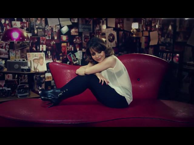 Sandy Leah no sofá vermelho - clipe Aquela dos 30
