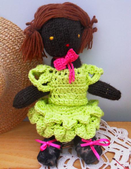 poupée en laine noir