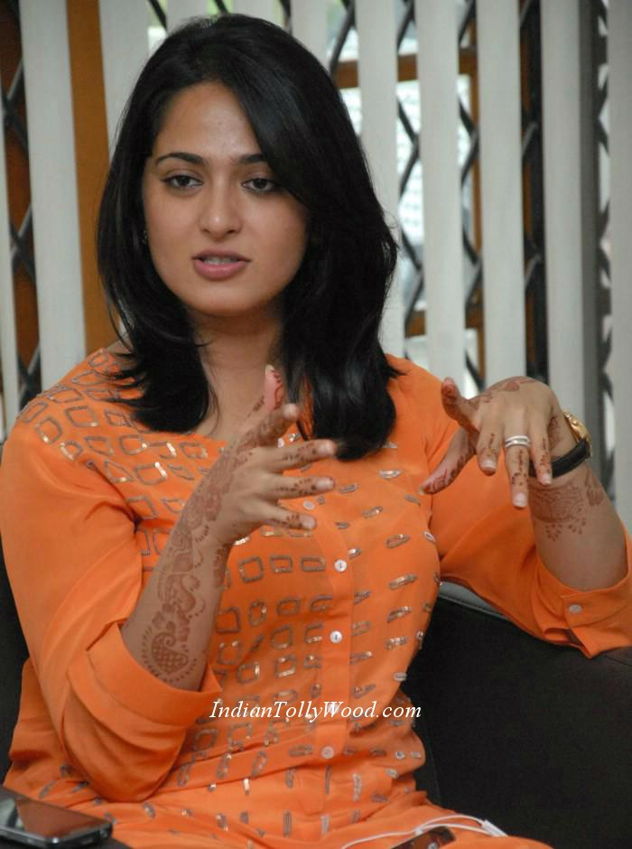 stills_in_orange_top_white_pant_photos_heroine_anushka+in+orange+dress