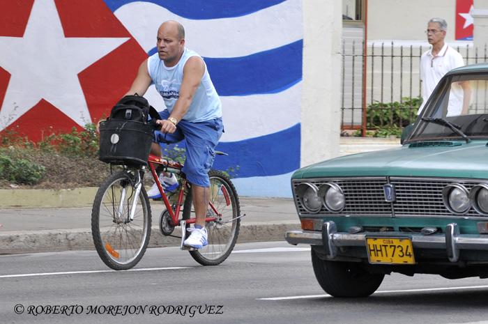 Un ciclista  por una calle de La Habana, Cuba