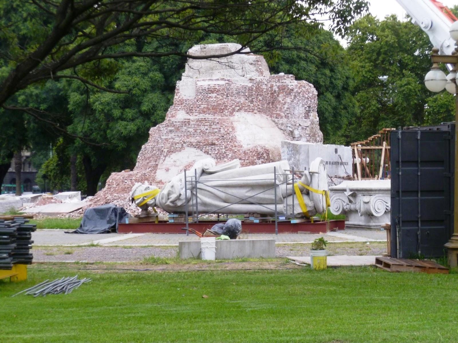 La estatua de Cristóbal Colón desguazada esperando el traslado a un predio porteño