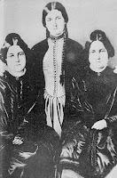 As irmãs Fox. Da esquerda para a direita: Margaret, Kate e Leah.