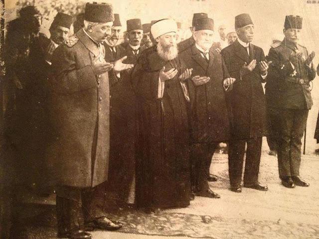 Mehmed Vahideddin Han Dua Ederken