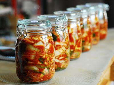 Kimchi yang dijeruk dalam balang kaca
