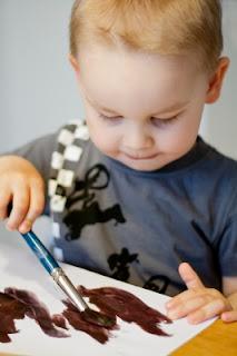 niño 18 a 24 meses pintando con pincel