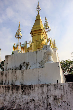 Wat Chom Si on top of the Phou Si Hill