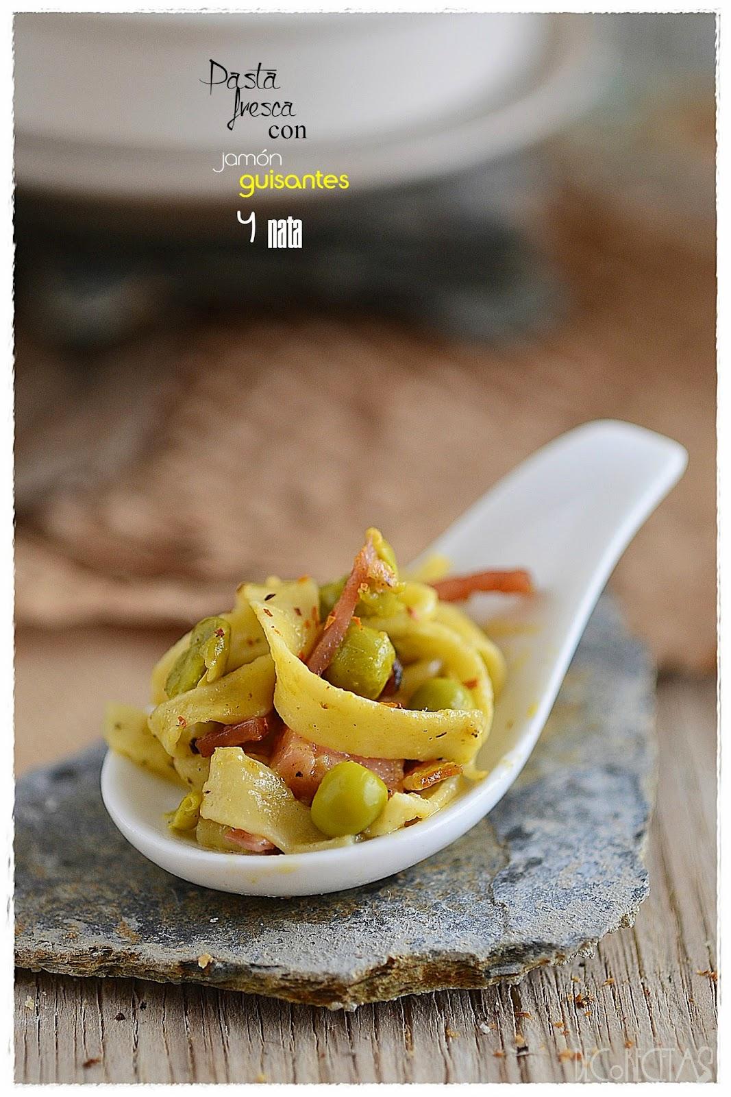 Pasta fresca con jamón, guisantes y nata