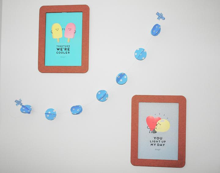 papier-peint-guirlande-sphères-bleu-pois