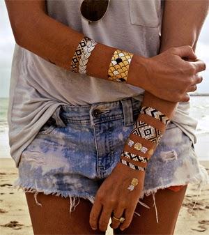 tatuagem feminina metalizada para o verão