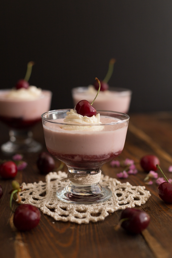 Cerezas con mousse de yogur