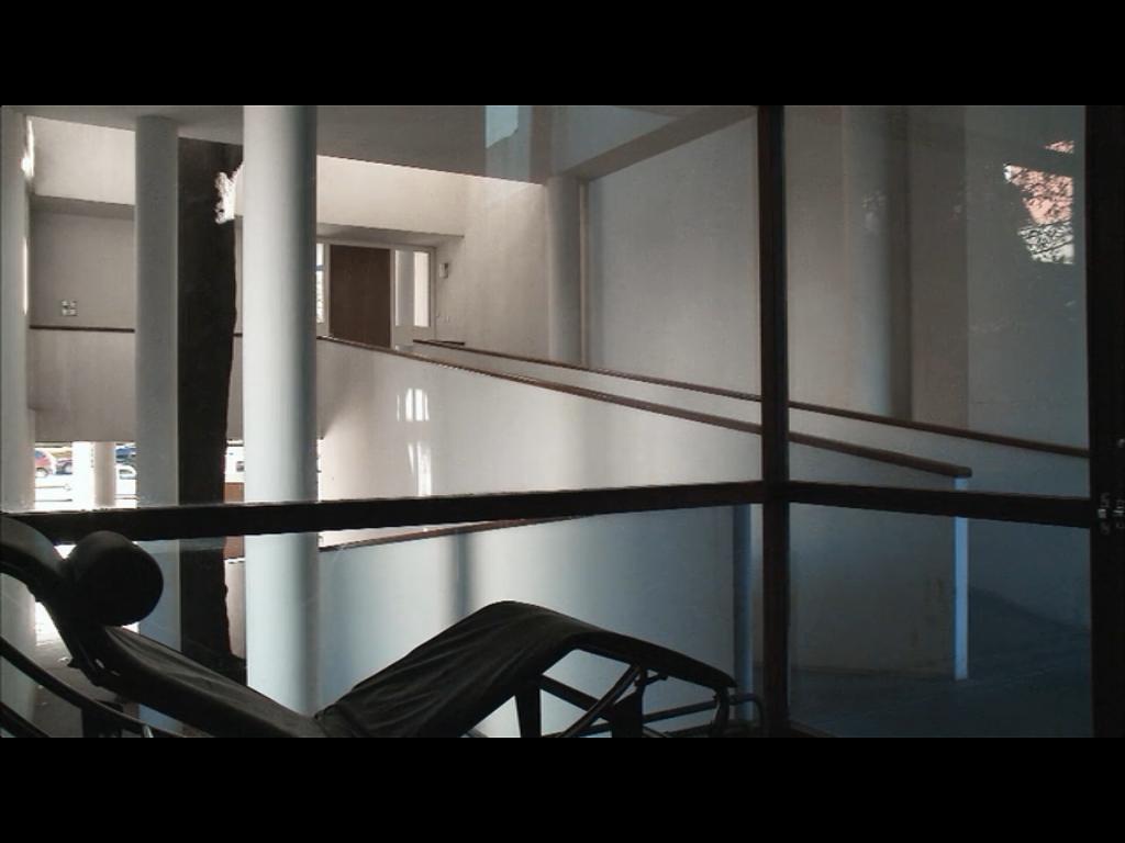 """imagem do interior da casa de Le Corbusier - filme """"O homem ao lado"""""""