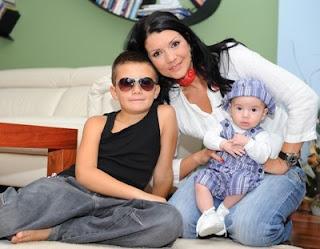 Кали с бебето и с Жорко (с очилата)