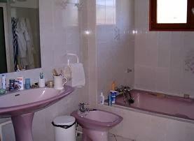 Casa-de-banho-revestida-a-azulejo-pintar-a-casa