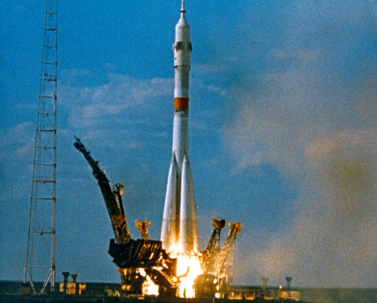 LO QUE LOS BURGUESES JAMÁS QUISIERON TRADUCIR Soyuz_ASTP_rocket_launch