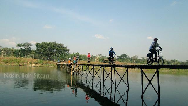 Antri saat menyeberang Jembatan Sesek Mangir