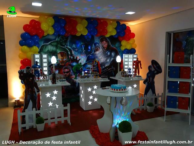 decoração em mesa provençal com o tema Os Vingadores para festa de aniversário infantil de meninos - Barra RJ