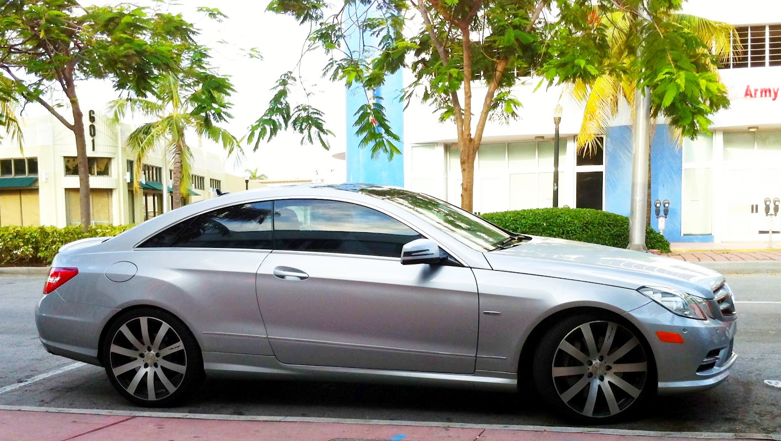 Silver mercedes benz e550 with custom rims exotic cars for Mercedes benz with rims