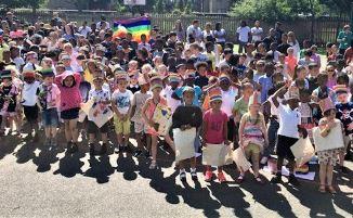 """Paradă GAY la o școală primară. Părinților nemultumiți li s-a interzis accesul la """"eveniment""""..."""