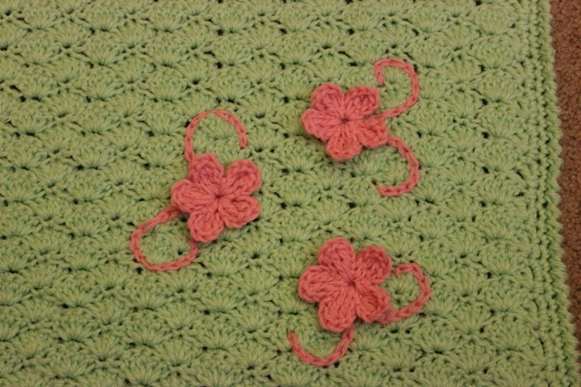 Crochet Stitches That Look Like Flowers : Lacy Crochet: Shells Baby Blanket with Three Flowers, My Free Pattern