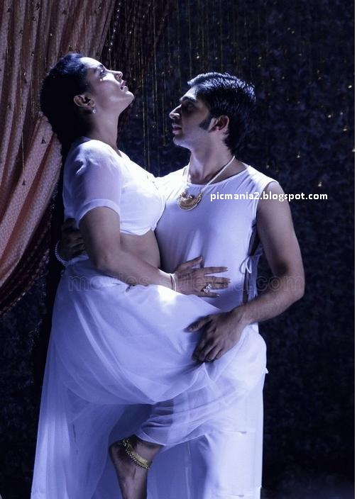 Swetha Menon in Rathinirvedam Remake Photos hot and sexy cleavage kiss image