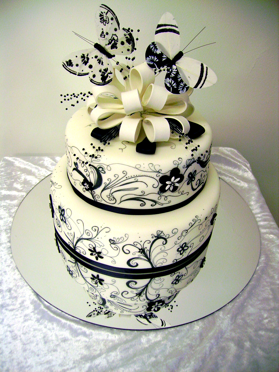Cake Decorating : Black and white swirls wedding cake
