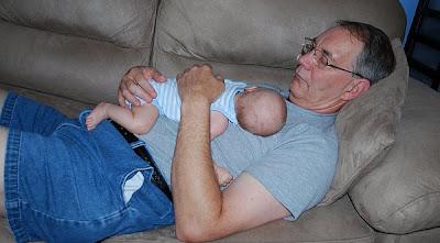 Abuelo y nieto haciendo la siesta