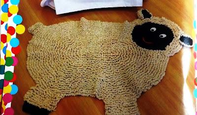 Tapete infantil em formato de ovelha com gráfico.